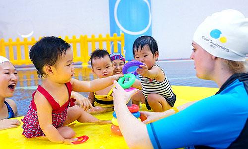 酷游教练教儿童游泳瞬间