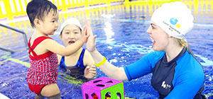 酷游教练和儿童游泳击掌
