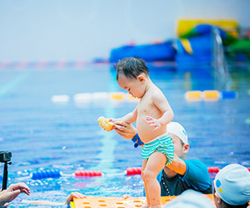 酷游教练教男童游泳