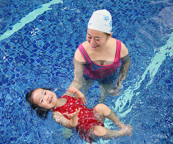 和妈妈一起游泳