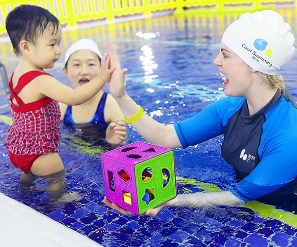 学习亲子游泳
