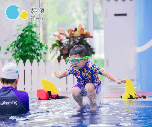 学员学习游泳