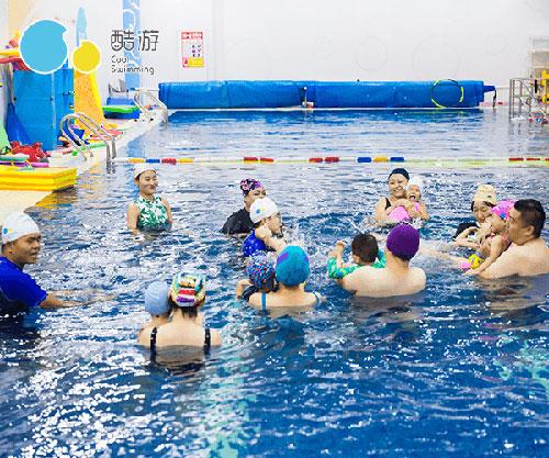 亲子游泳授课中