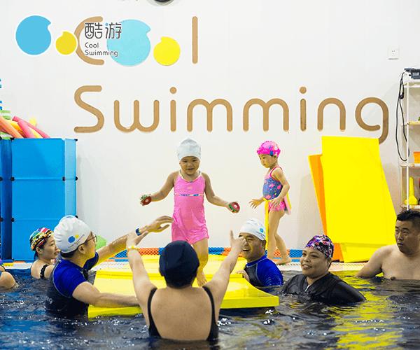 1岁以下的婴儿游泳训练