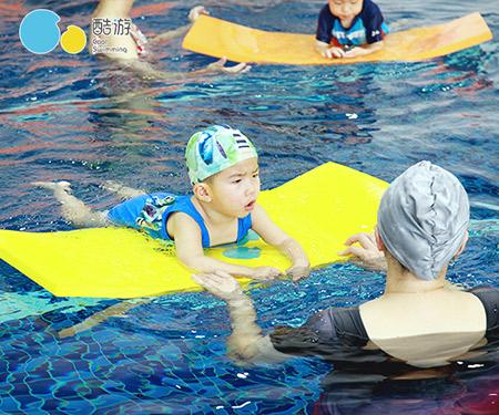 宝宝游泳图片